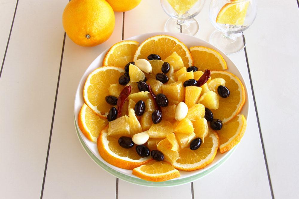 סלט תפוזים עם זיתים שחורים (צילום: אסנת לסטר)