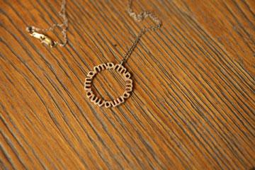 """שרשרת עם תליון ועליו הכיתוב Mama. """"כשעדי, בני הצעיר בן ה-6 נולד, קיבלתי את השרשרת הזאת במתנה מבן זוגי יאיר"""" (צילום: אורית פניני )"""