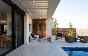 קורת בטון ורפפות עץ תומכות בפרגולת הבטון, מצלות ומבטיחות פרטיות (צילום: לוסיאנו סנטנדראו)