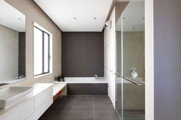בחדר הרחצה מקלחת ואמבטיה גדולים ושתי כניסות: מהמסדרון ומחדר השינה הראשי (צילום: לוסיאנו סנטנדראו)