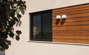 עם תריסי עץ לכל האורך (צילום: לוסיאנו סנטנדראו)