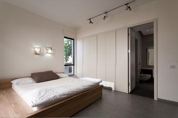 4: דלת חדר הרחצה היא חלק אינטגרלי מהארון. חדר שינה בעיצוב רונית ברקול (צילום: לוסיאנו סנטנדראו)