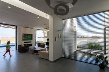 בשעת הצורך, אפשר להוריד תריסים על קיר הזכוכית שתוחם את הבריכה (צילום: לוסיאנו סנטנדראו)