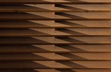 רפפות מעץ מהגוני (צילום: לוסיאנו סנטנדראו)