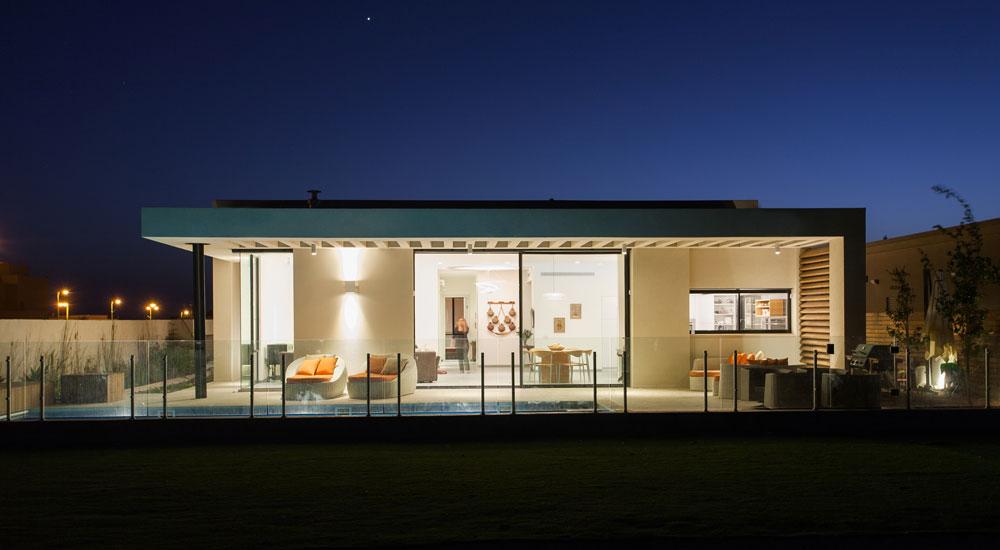 כך נראה הבית מכיוון השדות, בשעת ערב (צילום: לוסיאנו סנטנדראו)