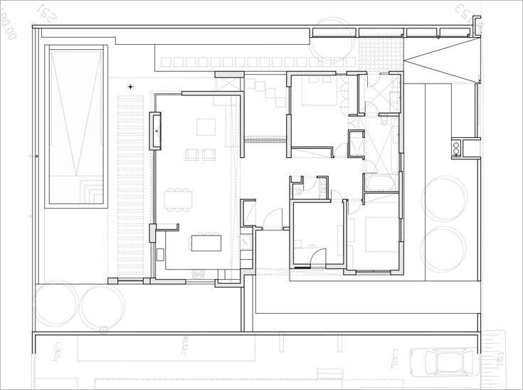 תוכנית הבית: דלת הכניסה נפתחת למבואה, שמולה הבריכה הביולוגית. משמאל המטבח והסלון, שפונה לגינה, לבריכת השחייה ולנוף. מימין שירותי אורחים, ממ''ד שמשמש כחדר עבודה, חדר אורחים, חדר רחצה שיש אליו שתי כניסות מכיוונים שונים, חדר כביסה קטן וחדר השינה של בעלת הבית, שיכולה לצאת ממנו החוצה, דרך הבריכה הביולוגית (תכנית: SaaB Architects)