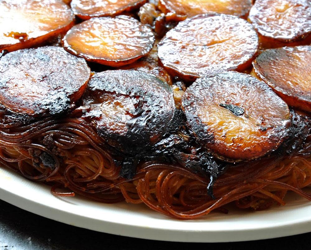 חמין מקרוני עם עוף ותפוחי אדמה (צילום: סיון שטרנבך)