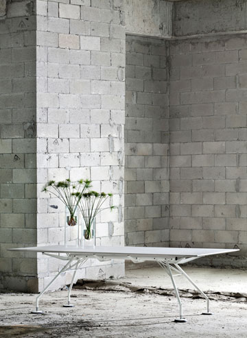 הגרסה החדשה לשולחן ''נומוס'': משטח בטון מוחלק ורגלי כרום צבועות בלבן (באדיבות הביטאט)