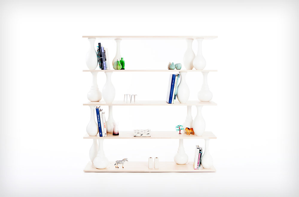 הספרייה המודולרית החדשה של סטודיו בייקרי נקראת ''Vase Shelves'': בין המדפים מחברים אלמנטים חרוטים מעץ בוק, שנצבעו לבן ועוצבו בצורת אגרטלים. את גודל הספרייה ומספר האגרטלים שמשולבים בה אפשר לקבוע לפי החשק (צילום: אריאל רייכמן)