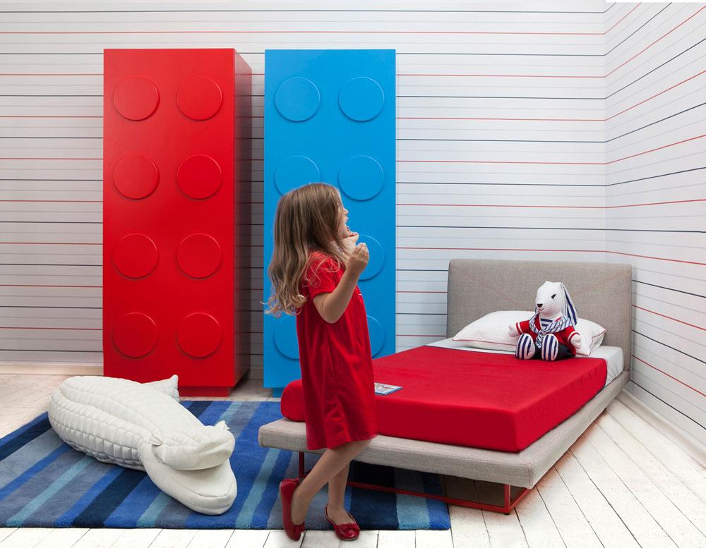 ''הומאז' ללגו'' - קולקציית הרהיטים החדשה של שרית שני חי - מעוצבת בצורות גיאומטריות בסיסיות (עיגול, משולש ומרובע) ובצבעים עזים של צהוב, אדום, כחול ולבן (צילום: שירן כרמל)