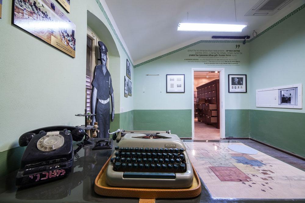 """הצצה ראשונה למרכז המבקרים החדש. חדר הזה מגולל את עברו הצה""""לי של המקום, עם פריטים צבאיים שנמצאו בבניינים (צילום: טל ניסים)"""