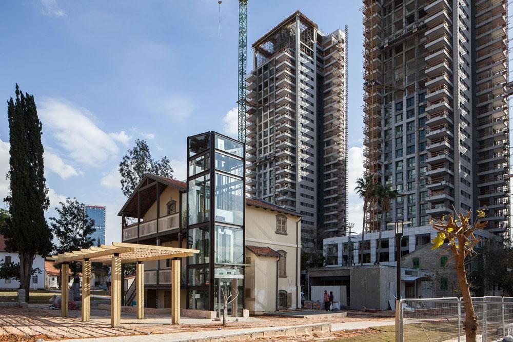 כדי להצדיק את מחיר השימור והזזת הבתים מרחוב קפלן המתרחב, הוגדלו זכויות הבנייה במתחם באופן חסר תקדים לפרויקט יחיד: במקום 287 אלף מ''ר - 498 אלף מ''ר.  (צילום: טל ניסים)
