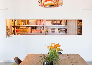 מבט מפינת האוכל אל חדר העבודה של הירשפלד (צילום: גדעון לוין 181 מעלות)