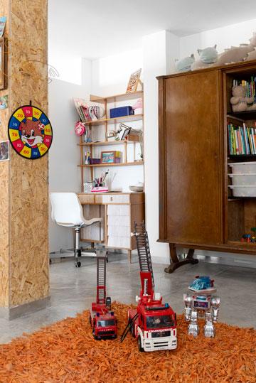 שולחן כתיבה מהסט של ''יום האם'' וארון בגדים ישן ששתיים מדלתותיו הוסרו וחלקו האמצעי משמש כספרייה (צילום: גדעון לוין 181 מעלות)