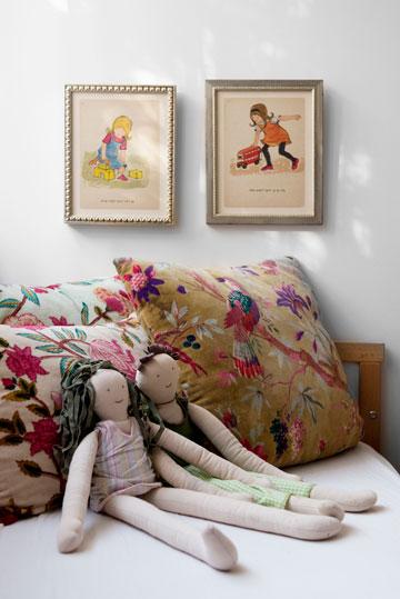חדר התאומים: הכריות היו פעם בסלון המשפחתי, התמונות לקוחות מספר ילדים ישן (צילום: גדעון לוין 181 מעלות)
