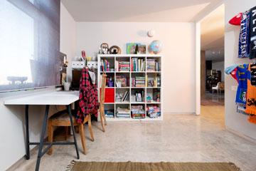 וילונות גלילה אפורים, רהיטים פונקציונליים ואוסף צעיפי כדורגל בחדרו של הבן המתבגר (צילום: גדעון לוין 181 מעלות)