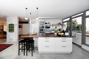 ''אי'' מגירות לבן ומדפים תעשייתיים במטבח (צילום: גדעון לוין 181 מעלות)