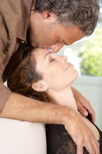 מלטף, מפרגן ונותן נשיקה? עשי טובה, אל תהיי מצחיקה (צילום: shutterstock)