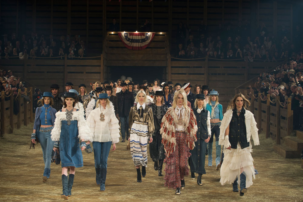 הבוקרות באות. תצוגת האופנה של שאנל בטקסס (צילום: gettyimages)