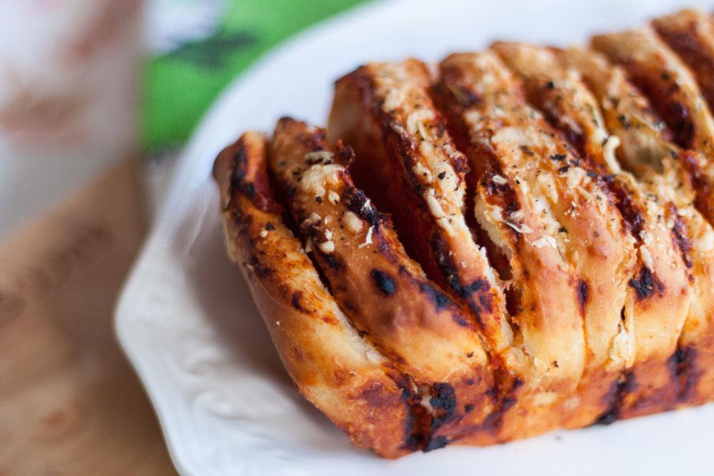בצק שמרים מיוחד שמכיל פרמזן. פיצה מדפי בצק (צילום: ענבל רובין)