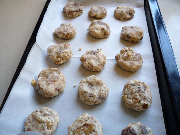 יוצרים צורת עוגיות עגולות בעזרת כף  (צילום: עינת מזור)