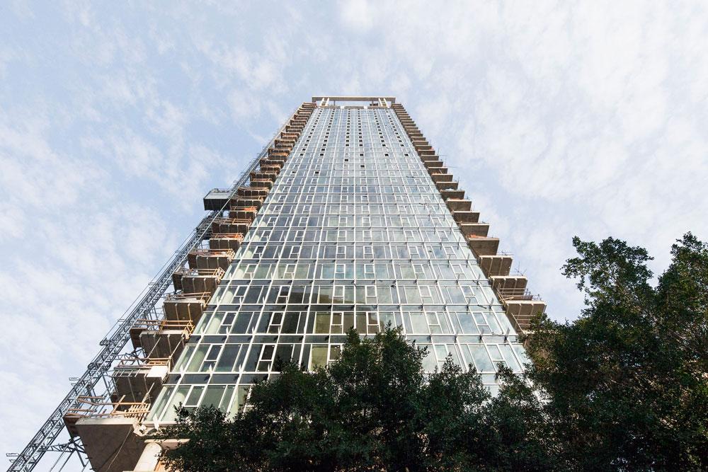 האדריכל ריצ'ארד מאייר, שמשרדו מתכנן את הבניין, אמנם רחוק מן העין אך קפדני יותר מהמקובל כאן. סטיות זעירות נענות בדרישה להתחיל מחדש (צילום: אביעד בר נס )