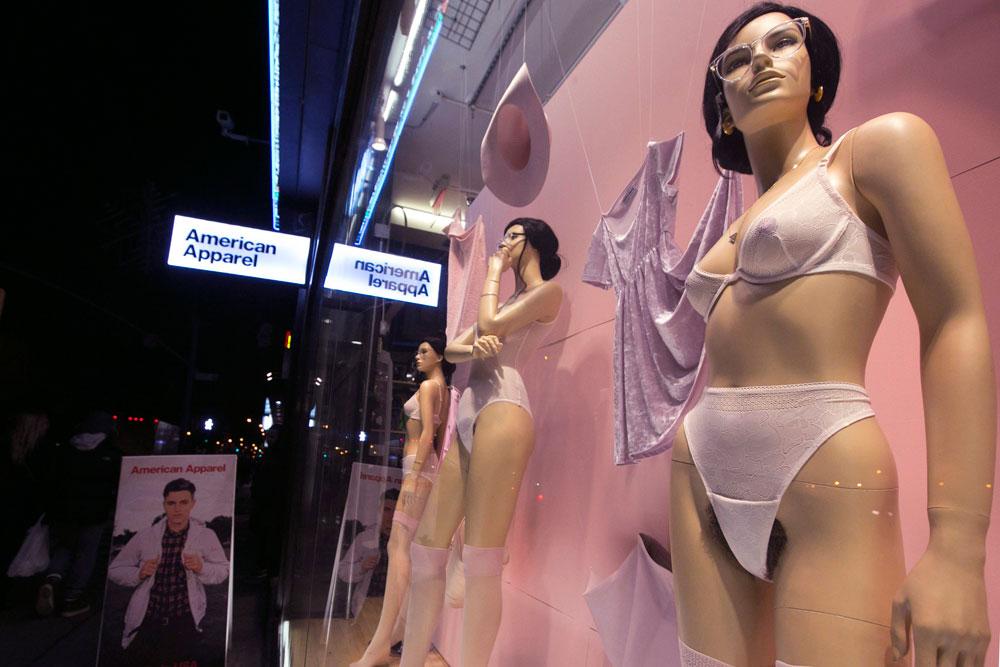 בוש פרוותי ברחוב הראשי. רשת האופנה Americal Apparel מציגה לכבוד ולנטיינ'ס דיי בובות ראווה עם שיער ערווה שופע (צילום: רויטרס)