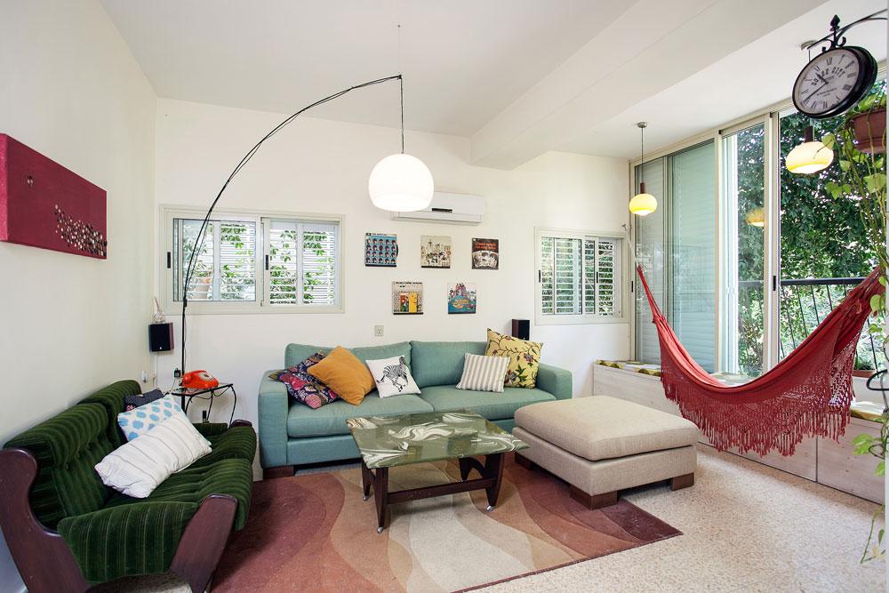 הסלון. הערסל נקנה בברזיל, הפריטים החדשים היחידים הם השטיח והספה  (צילום: אבישי פינקלשטיין)