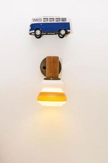 מעל מנורות הלילה בחדר השינה תלויות מכוניות פולקסווגן (צילום: אבישי פינקלשטיין)