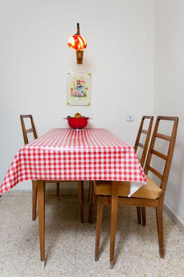 הכסאות ופינת האוכל נאספו ברחוב ושודרגו (צילום: אבישי פינקלשטיין)