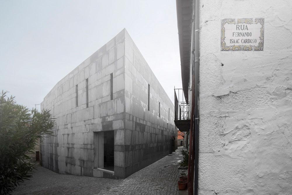 500 שנה אחרי גירוש יהודי פורטוגל, עדיין אפשר לאתר סימנים לנוכחות היהודית בעזרת האדריכלות המקומית. למשל, מעברים סודיים בין בניינים כדי להמשיך בקיום הפולחן בסתר (צילום: Fernando Guerra)