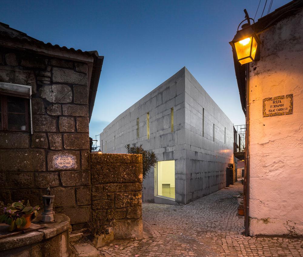 בין סמטאות עתיקות בעיירה הנידחת טרנקוסו, בצפון-מזרח המדינה, הוקם מרכז יצחק קרדוסו להכרת התרבות היהודית. הסמטה אף היא נקראת על שמו (צילום: Fernando Guerra)