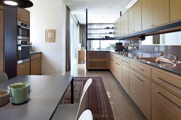 ארון קליל מעץ ודלתות זכוכית מפריד בין המטבח לפינת האוכל הרשמית יותר (צילום: עמית גרון)