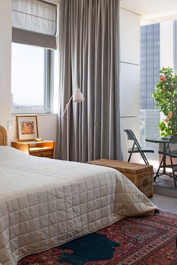 חדר שינה בצבעים חמים ורכים (צילום: עמית גרון)