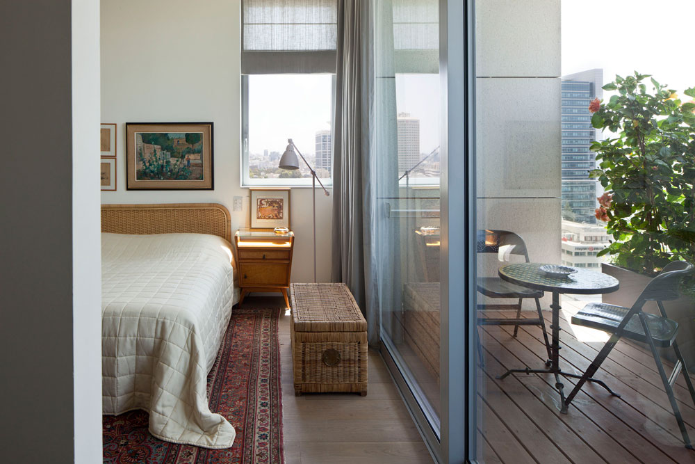 חדר השינה רוהט בפריטים שאספו בני הזוג במשך השנים. כאן חופתה הרצפה כולה בפרקט עץ אלון מיושן (צילום: עמית גרון)