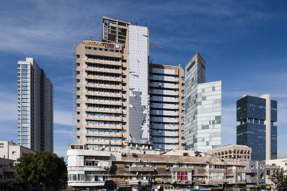 בית מנורה-מבטחים (במקור: בית הסנה) בין הרחובות אלנבי ויבנה בתל אביב. בימים אלה מכסים את חזיתותיו בפח אלומיניום לבן (צילום: אביעד בר נס)