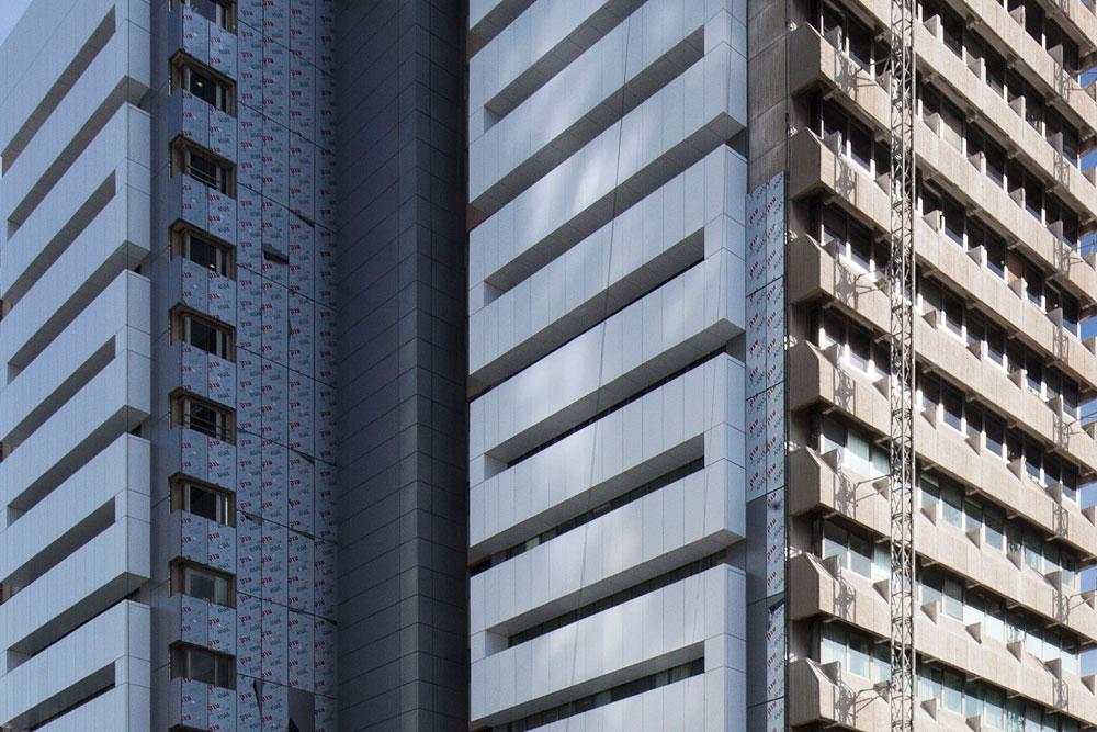 זה מול זה: הבניין המקורי והתוספת העכשווית שמולבשת עליו. האדריכל שתיכנן את הבניין, אמנון אלכסנדרוני, אמר פעם: ''אני שונא מחלצות, גם בלבוש וגם באדריכלות'' (צילום: אביעד בר נס)