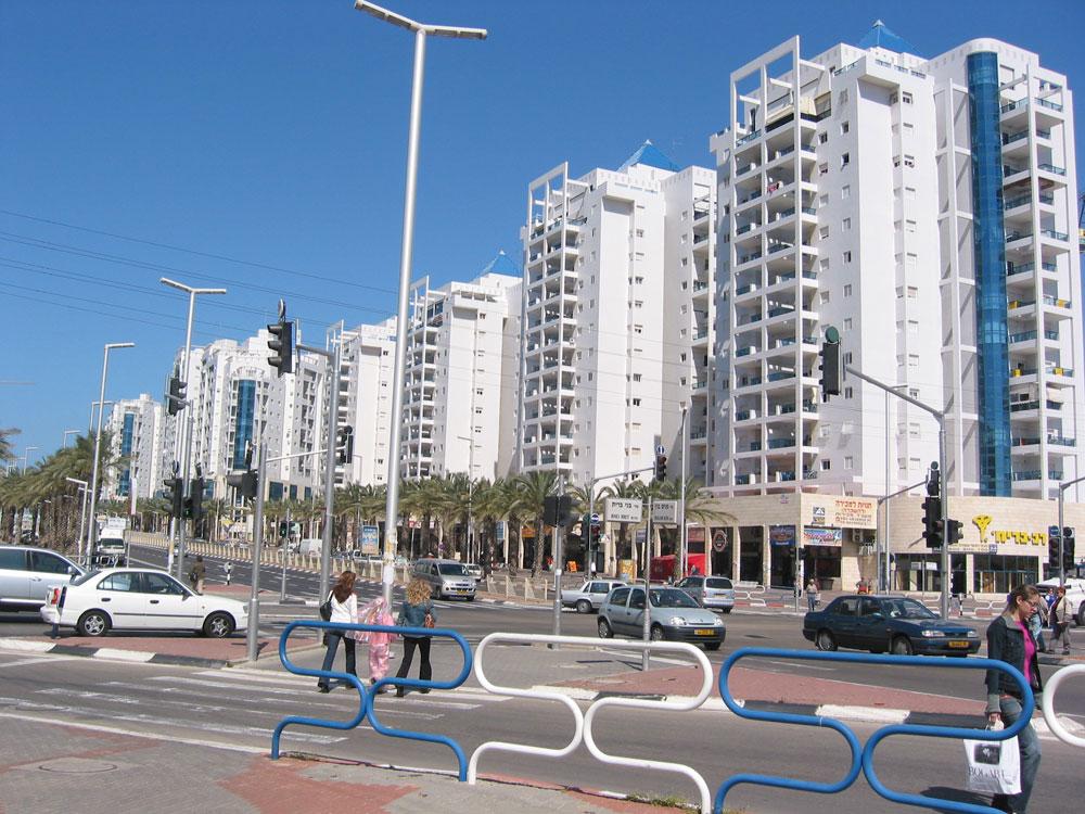 ה''סיטי'' באשדוד, שגם אותה מאפיינים כבישים רחבים בצורה מוגזמת, ו''זונינג'' מוקצן של שימושים בעיר (צילום: Kberlin, cc)