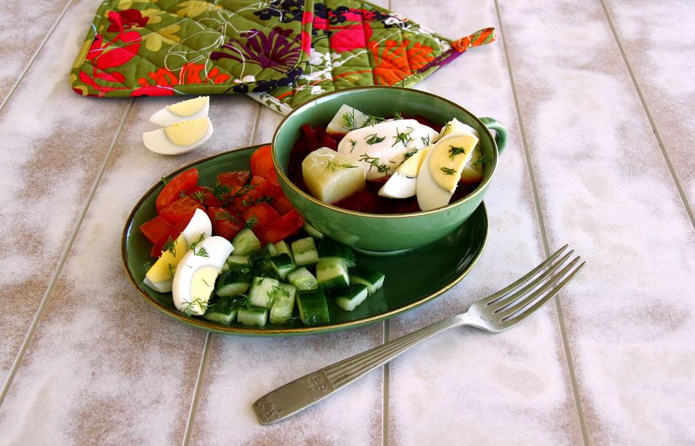 חולודניק – מרק סלק קר עם תפוח אדמה חם וסלט (צילום: אסנת לסטר)