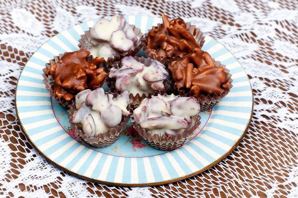 המון גיוונים. רושר שקדים בשוקולד חלב ורושר פקאן וחמוציות בשוקולד לבן (צילום: ענבל מרמרי)