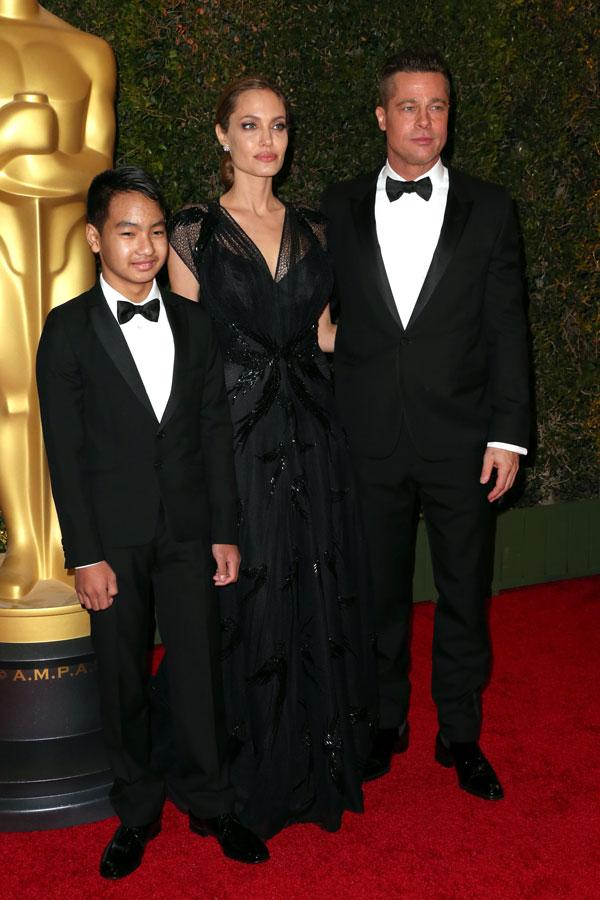 משפחה אינטרנשיונל. פיט וג'ולי עם בנם מדוקס (צילום: gettyimages)