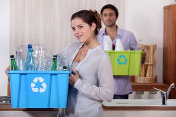 ממיינים את האשפה וזורקים לפחים המיועדים  (צילום: shutterstock)