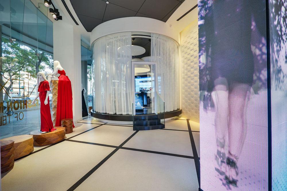 בצד השני של קומת הכניסה ''קפסולה'' עשויה זכוכית, שמיועדת לפגישות מכירה. בזמן פגישה סוגרים סביבה וילונות ומנתקים אותה מהמתרחש סביב (צילום: איתי סיקולסקי)