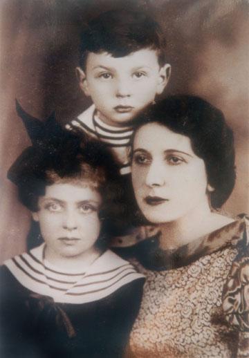 """עם אמה אידה, ואחיה מרדכי ז""""ל"""