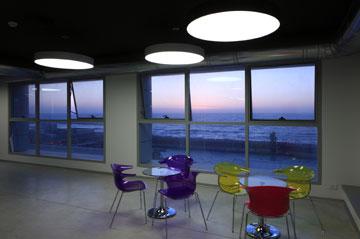 משרדי WIX בתל אביב. ים מצד אחד, עיר מצד שני (צילום: עוזי פורת)