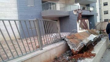 המרפסת מהקומה השמינית נחתה על הגדר שמקיפה את הבניין. ''פארק חדרה'', של ''גינדי השקעות'' (צילום: חסן שעלאן , ynet)