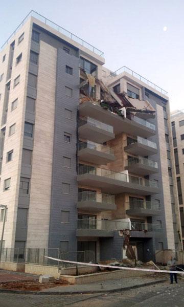 עוד המחשה לחשיבותה של מרפסת. הקריסה בפרויקט של גינדי בחדרה (צילום: חסן שעלאן , ynet)