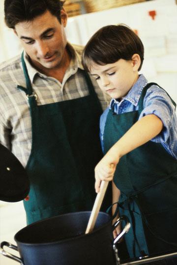 שתפו פעולה בהכנות, ילדים אוהבים לטעום את מה שהכינו (צילום: thinkstock)
