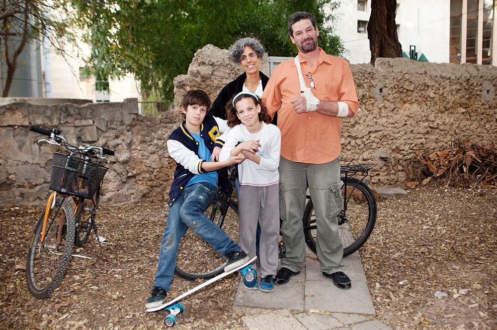 ענבל ולהב זוהר (עם מורי ונועם) מסתדרים כבר 10 שנים בלי מכונית. תל אביב, הם טוענים, היא עיר קלאסית להסתדר בה בלי מכונית (צילום: ענבל מרמרי)