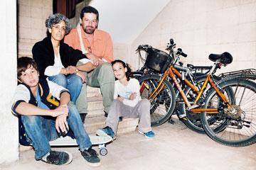 משפחת זוהר. הילדים למדו לרכוב בגיל 3 (צילום: ענבל מרמרי)